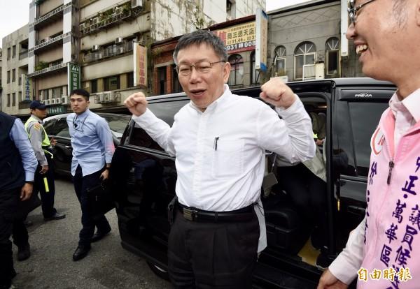 台北市長柯文哲13日至萬華三水街市場拜票,為選戰做最後衝刺。 (記者羅沛德攝)