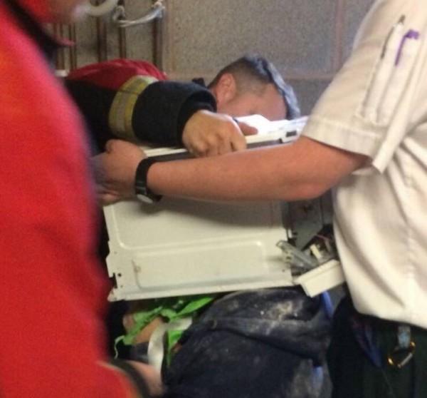 消防人員花了1小時才成功解救這名年輕YouTuber。(圖翻攝自「West Midlands Fire Service」臉書粉專)