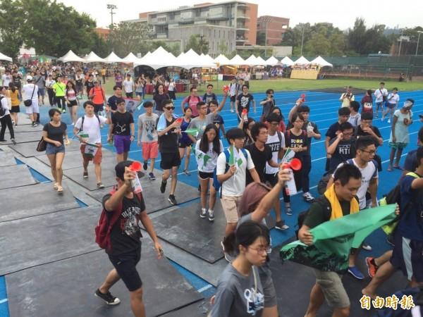 「中國新歌聲─上海‧台北音樂節」24日於台大田徑場舉行,多名台大學生步入活動現場抗議。(記者周彥妤攝)