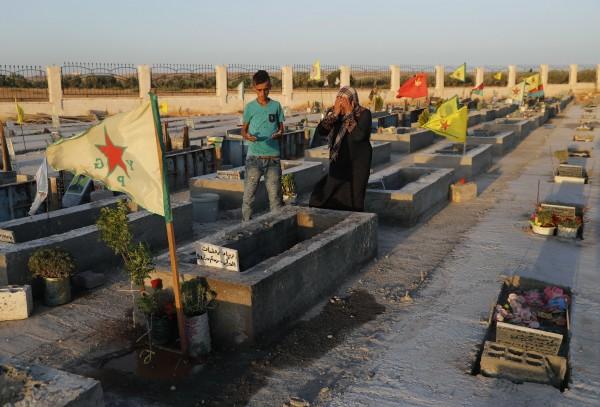 IS首都拉卡雖然被收復,但當地居民一想到未來的處境就悲從中來,無法對戰爭勝利感到喜悅。(美聯社)