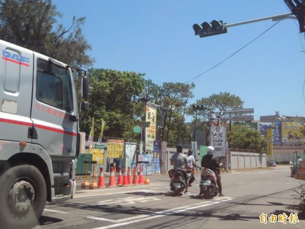 內政部營建署在新豐鄉康樂路等道路施作雨水下水道工程,今年5月進場施工後,陸續遇到不同管線,導致工程數度停工,引發民怨。(記者廖雪茹攝)