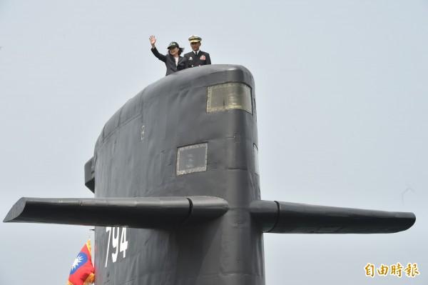 蔡英文總統登上潛艦。(記者張忠義攝)