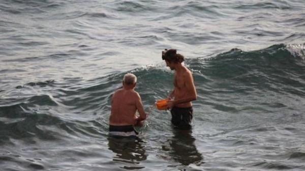 1名俄羅斯孕婦在埃及紅海海邊分娩,她泡在海水裡,丈夫和醫生在旁協助。(圖擷取自每日郵報)