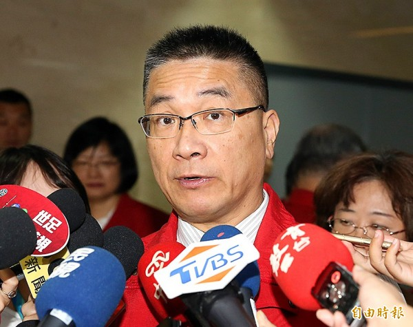 Executive Yuan spokesman Hsu Kuo-yung talks to reporters in Taipei on Tuesday after it was announced that he would take over as minister of the interior.