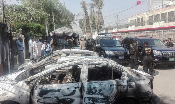 恐怖分子在中國駐喀拉蚩領事館外焚毀車輛。(法新社﹚