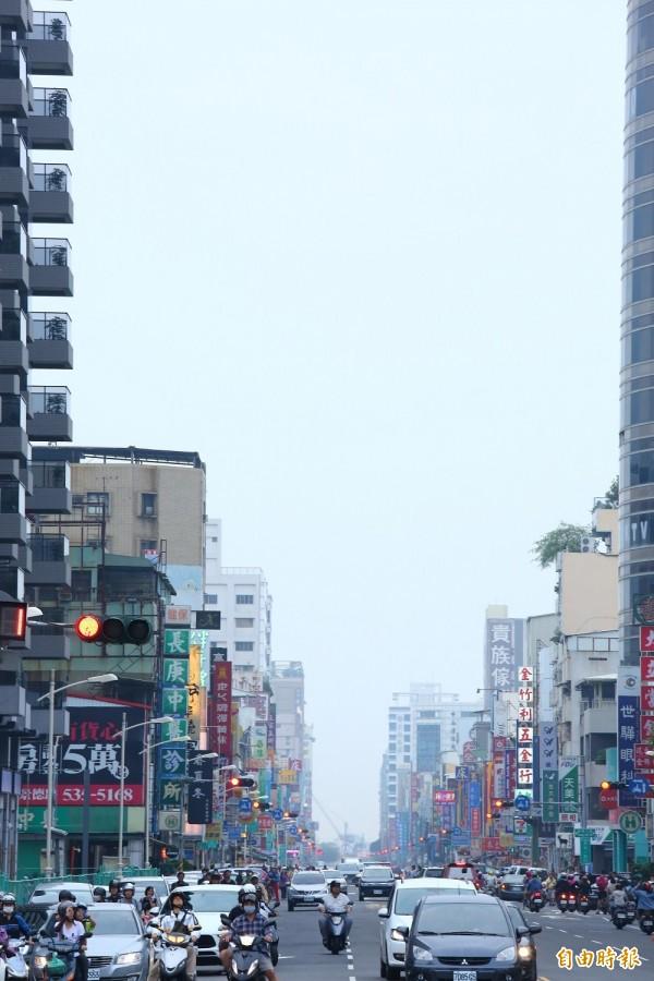 高雄今天雲層太厚,看不到青年路底的懸日。(記者李惠洲攝)