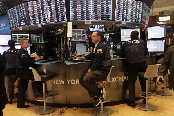10年期美國債券殖利率儘管飆升至近7年新高的3.10%,零售股和科技股仍無懼收漲,16日美國股市上漲。(法新社)