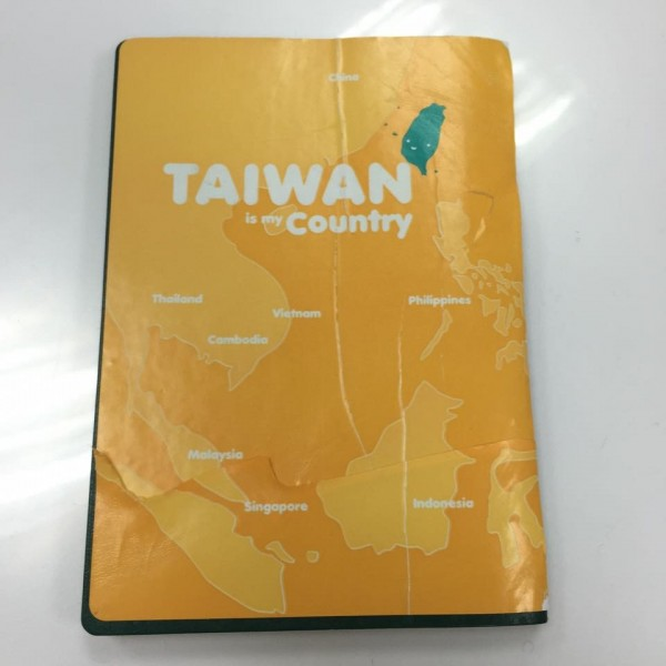 蘇女2012年就在護照封底貼上這張貼紙,過去出入各國海關未曾遭攔阻。(圖擷自何欣純臉書)