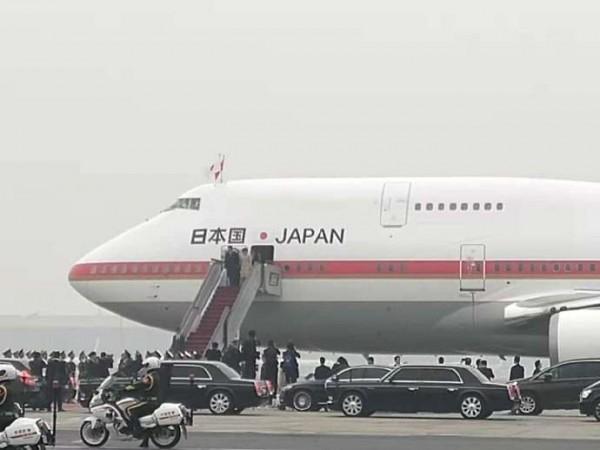 安倍晋三抵达北京机场,正巧空气品质不佳。(图片取自日本国驻华大使馆微博)