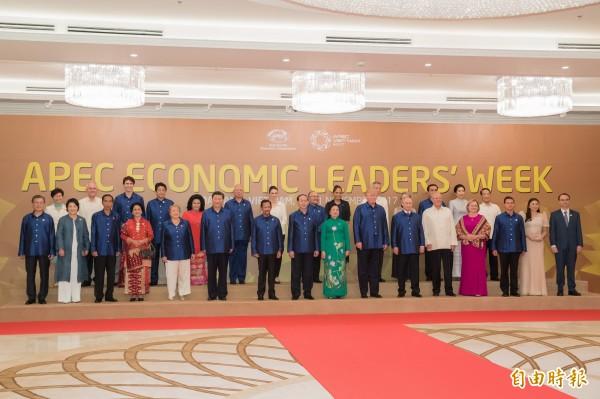 APEC峰會,領袖穿著越南特製服「和平」亮相;圖後排右一為台灣領袖特使宋楚瑜。(資料照,記者呂伊萱攝)