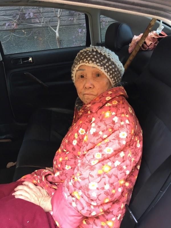 顏姓車主今早10點許準備開車外出,打開車門一看,竟見走失的鄰居老奶奶坐在後座,張大眼睛,手上還拿著外套;原來顏男忘了鎖車門,意外提供老婦人避風港。(記者廖雪茹翻攝)