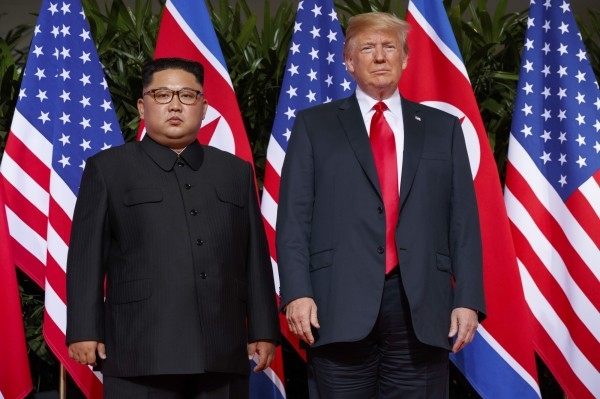 川金會在昨日順利落幕,雙方簽署共同協議朝無核化目標邁進。圖為美國總統川普(右)、北韓領導人金正恩(左)。(美聯社)