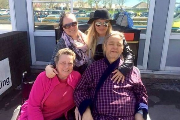 奧布賴恩(前排右)和他的兩個女兒(後排),一家人感情非常好,原本還一同計畫向菲莉帕(前排左)再求一次婚,沒想到心願還沒完成就過世了。((圖取自鏡報)