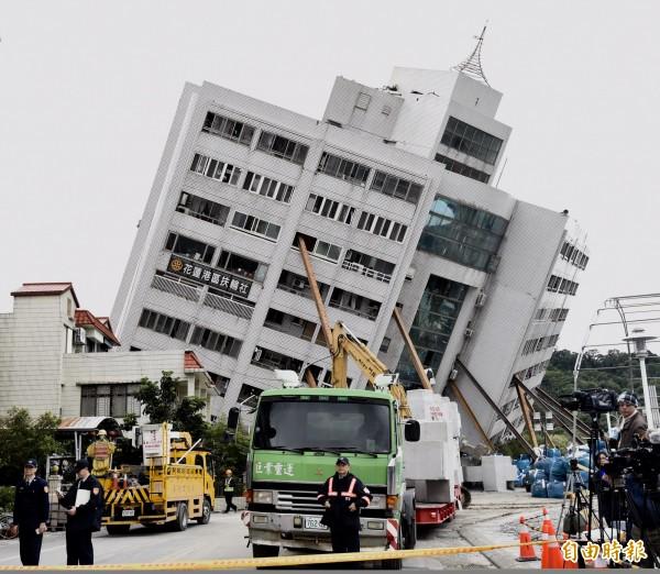 花蓮強震導致雲翠大樓倒塌。(記者簡榮豐攝)