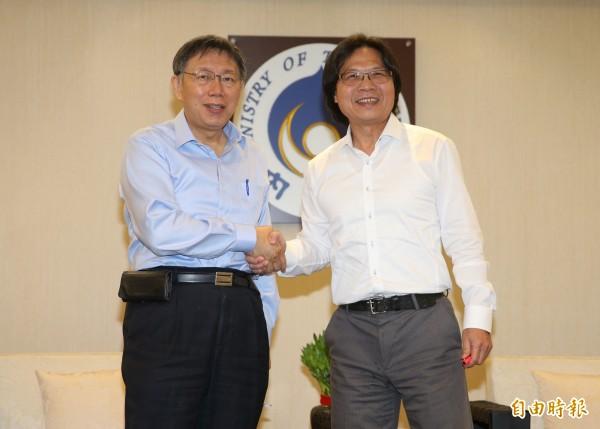 台北市長柯文哲(左)4日至內政部拜會部長葉俊榮(右),討論社子島開發案。(記者簡榮豐攝)