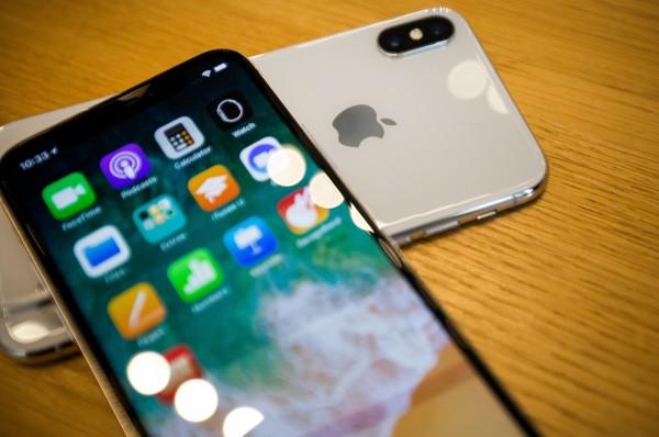 有中國民眾認為,蘋果手機中的世界時鐘在標示國家上的定義有所不同。(彭博)