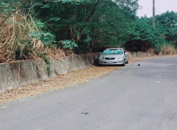 今早在花壇山區有民眾發現轎車內躺臥男子,且疑已燒炭自殺身亡。(記者湯世名翻攝)