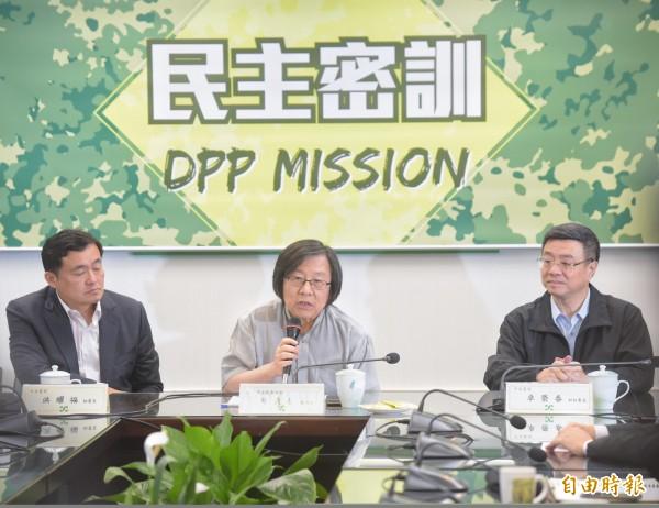 台灣日本關係協會會長邱義仁(中)今於民進黨「民主密訓」擔任講師,為上百名黨工授課。(記者黃耀徵攝)