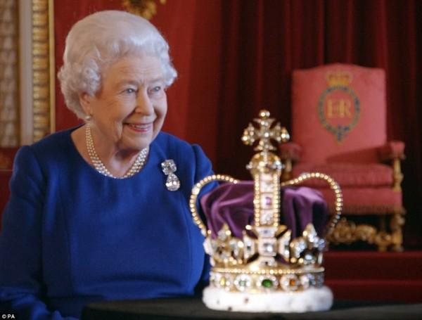 今年是英國女王伊莉莎白二世登基65週年,再次重逢加冕皇冠「聖愛德華王冠(St. Edward's Crown)」。(圖取自《每日郵報》)