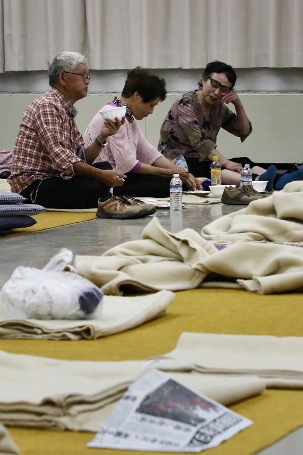 北海道地震的重災區厚真町,目前仍有約2000人被迫在避難所生活。(法新社)