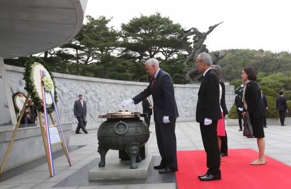 彭斯與其妻女首先前往南韓國立首爾顯忠院將替這些在韓戰殉職的軍人獻上花圈憑弔。(路透)