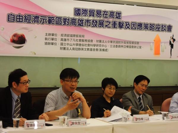 高市經發局長曾文生(左二)擔憂自經區開放後,將衝擊台灣農業。(記者葛祐豪攝)