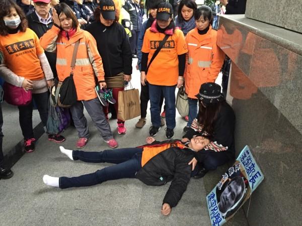 國道收費員自救會下午於交通部抗議時發生推擠衝突,一名媽媽收費員混亂中被壓在人群下一度昏厥,兩腳的腳踝被踩傷。(記者羅沛德攝)