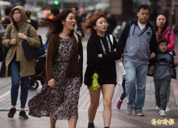 氣象局表示,今天受東北季風影響,基隆北海岸、宜蘭、大台北山區降雨時間較持續,北部平地、東部、東南部則是多雲飄雨。(資料照)