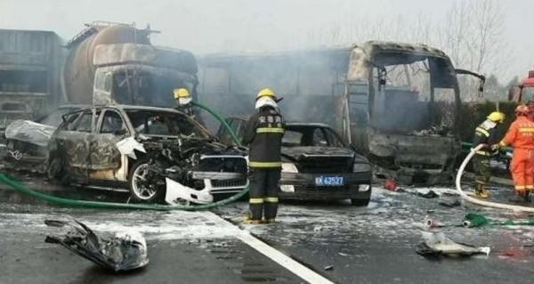 疑濃霧影響,共有超過30台大小車輛發生追撞,其中有2輛自小客車、大貨車及水泥槽罐車等4輛車起火,火勢一度十分猛烈。(擷取自《新浪新聞》)