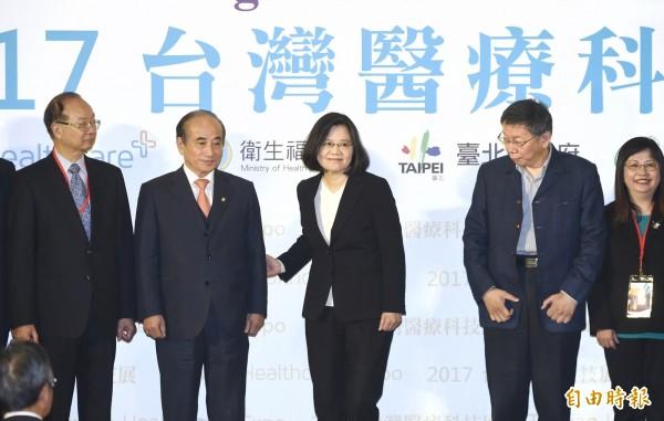 「2017台灣醫療科技展」在台北南港展覽館舉行,總統蔡英文應邀出席,並和生策中心董事長王金平、台北市長柯文哲等人主持剪綵儀式。(記者方賓照攝)