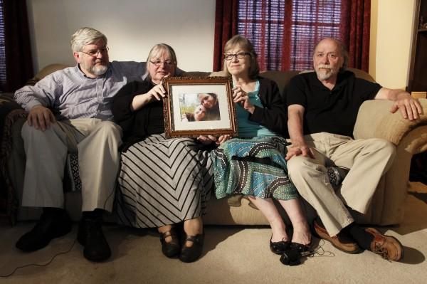 遭绑架的柯尔嫚与博伊尔的父母,今天才知道自己又多了1个孙女。(美联社)
