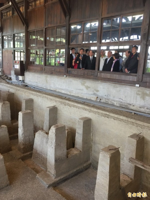 行政院長賴清德今天前往嘉義市林業村參訪,聽取園方介紹。(記者陳璟民攝)