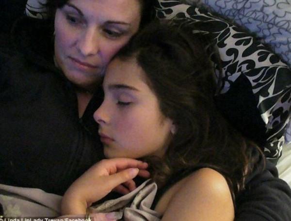 澳洲15歲美少女特里文(Cassidy Trevan,中)於2015年12月12日自殺去世,她的母親琳達(Linda,左)揭露女兒13歲時遭到同學霸凌,並慘遭2男性侵。(圖擷自臉書)