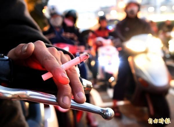 國健署提醒,吸菸不能增加記憶力,反倒會使大腦蒙受菸害。(資料照)