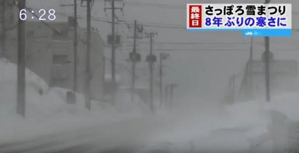 日本寒流來襲,日本海沿岸出現暴風雪,位於東北部的山形縣大藏村昨日上午測得高4.32公尺的積雪,是今年入冬以來最高的積雪高度。(圖翻攝自YouTube)