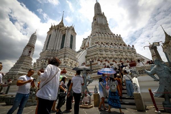 泰國內閣會議週二(6日)通過移民局的提案,確定對包含台灣等21個國家的旅客免除落地簽證費2個月,以刺激觀光市場。(歐新社)