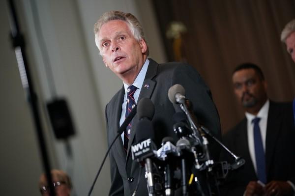 美國維吉尼亞州極右派遊行發生死傷,州長麥考利夫(Terry McAuliffe)對此震怒,要求這些丟臉的極右派趕快回家。(法新社)