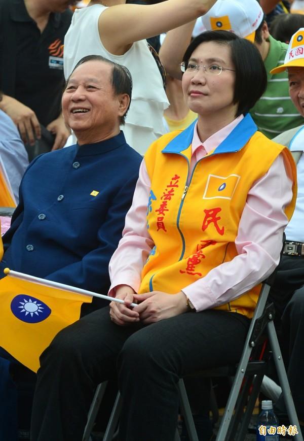 妙天法師(左)現身力挺,坐在民國黨黨主席徐欣瑩(右)旁邊。(記者王藝菘攝)