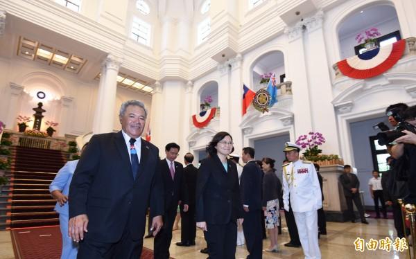 總統蔡英文(中)13日以軍禮歡送吐瓦魯國索本嘉(左)總理伉儷,由於遇上天雨改採備案,改在總統府敞廳舉行。(記者劉信德攝)