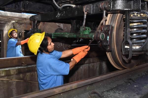 印度鐵路公司斥資1300億美元(約新台幣3.8兆元),計畫大規模翻新老舊的鐵路,預計將招聘鐵路司機、調度員、鐵路工人在內約9萬名工作人員。(法新社)