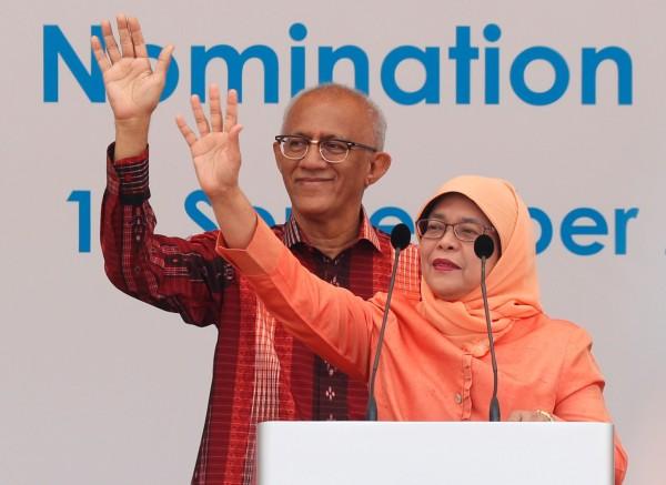 新加坡第8屆總統哈莉瑪(右)與她的丈夫阿都拉(Mohammed Abdullah Alhabshee,63歲)。(路透)