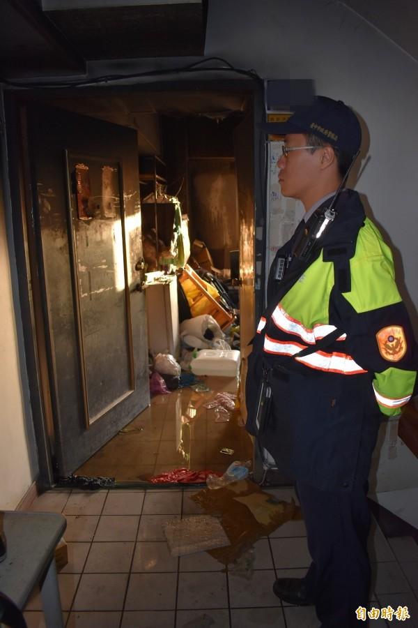 母子3人燒炭現場堆滿雜物,炭火引發火警才揭露這起悲劇,圖為警方封鎖現場蒐證。(記者張瑞楨攝)