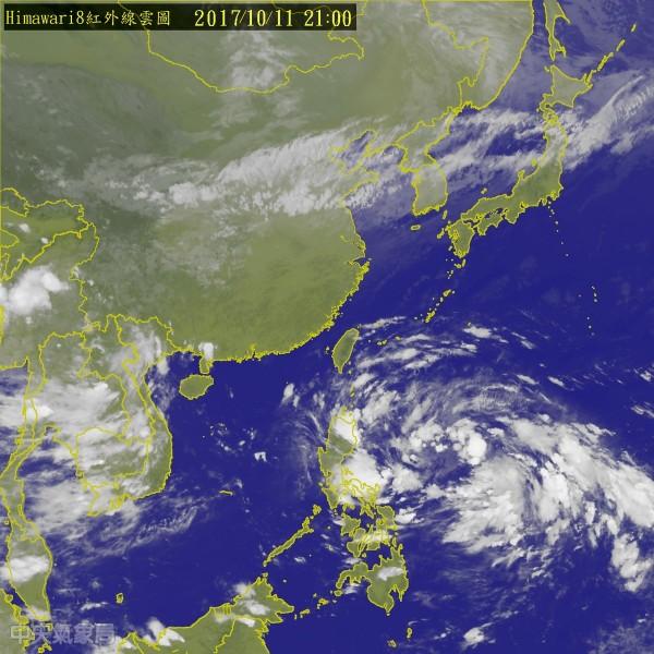 今天在菲律賓東方發展出一個熱帶性低氣壓,環流很大,但暫時不會對台灣有直接的影響。(圖擷自中央氣象局)