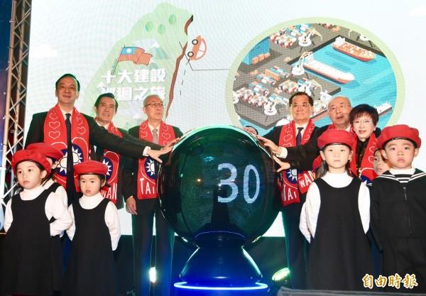 前總統蔣經國逝世三十週年紀念大會13日於台北國軍英雄館舉行,國民黨主席吳敦義(左三)、前主席朱立倫(左起)、馬英九、連戰、吳伯雄、洪秀柱等人出席,(資料照,記者羅沛德攝)