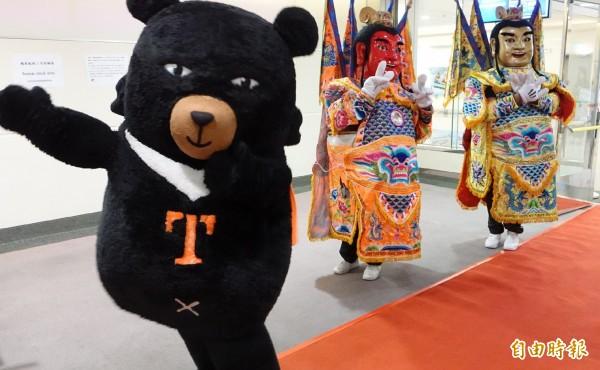 法國航空今天早上與華航共掛班號首航台灣桃園機場,由法航荷航集團亞太區高級副總裁朴安東(Antoine Pussiau)率團隊抵台,為歡迎首航班機256名機組員及旅客,觀光局特別安排了「台灣黑熊」、台灣味十足的「電音三太子」在登機門迎接,場面熱鬧,未來每週有三個班次往返台灣桃園機場、法國巴黎戴高樂機場。(記者姚介修攝)