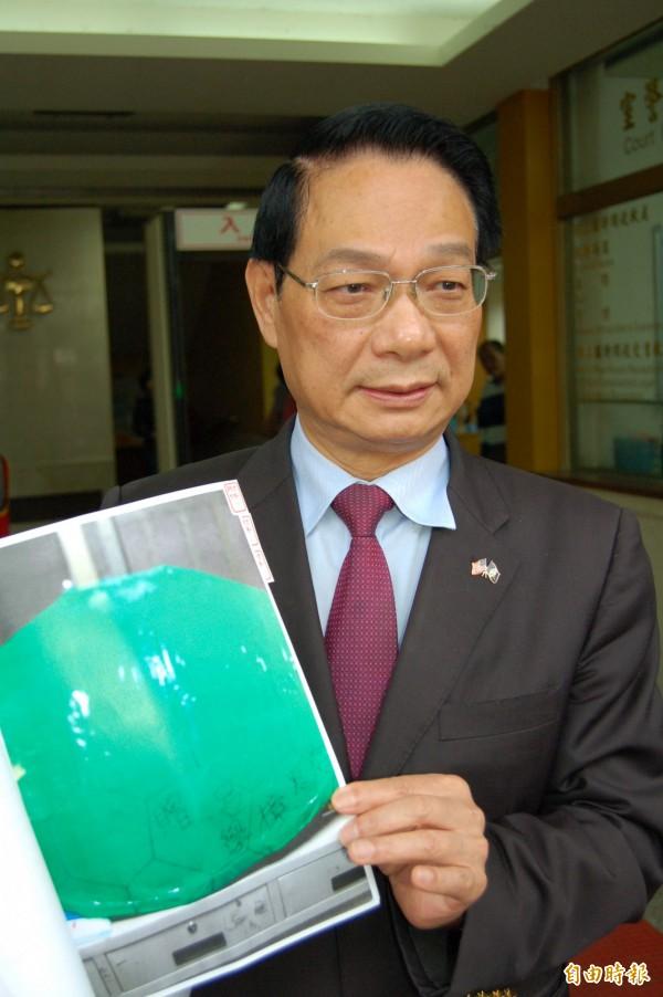 「基進筆記」等學生團體去年4月23日到呂學樟新竹服務處「路過」抗議,並送上紙烏龜,諷刺呂是「縮頭烏龜」。(資料照,記者蔡彰盛攝)
