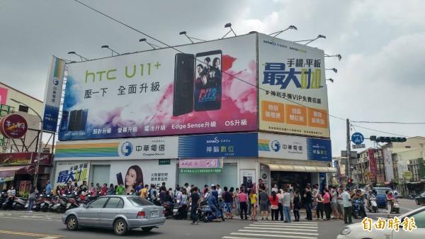 今天是母親節,中華電信各門市仍可見民眾大排長龍。(記者王涵平攝)