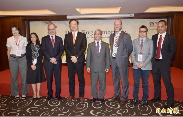 台灣民主基金會28日舉行「捍衛民主:對抗威權之侵蝕」會議,執行長徐斯儉(右4)、外交部次長吳志中(右5)等出席,並邀各國的專家與會座談。(記者黃耀徵攝)