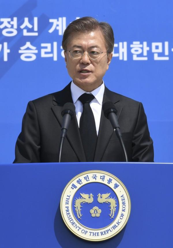 南韓總統文在寅曾在激烈的總統電視辯論中表明反對同志,引來LGBT團體抗議。(美聯社)