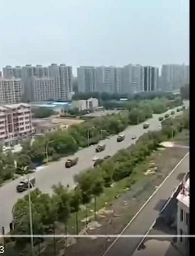 中國老兵鎮江維權抗爭,傳被官方定調「十分危急」,週日起,鎮江已戒嚴,並調解放軍進場維穩。(圖擷取自YouTube影片)